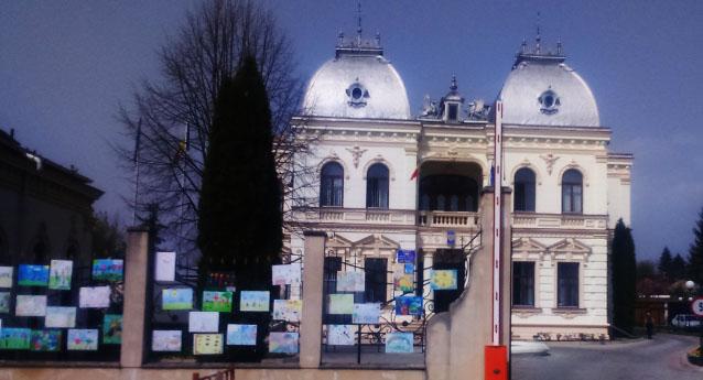 Expoziție de desene cu tema autismului pe gardul primăriei din Câmpina